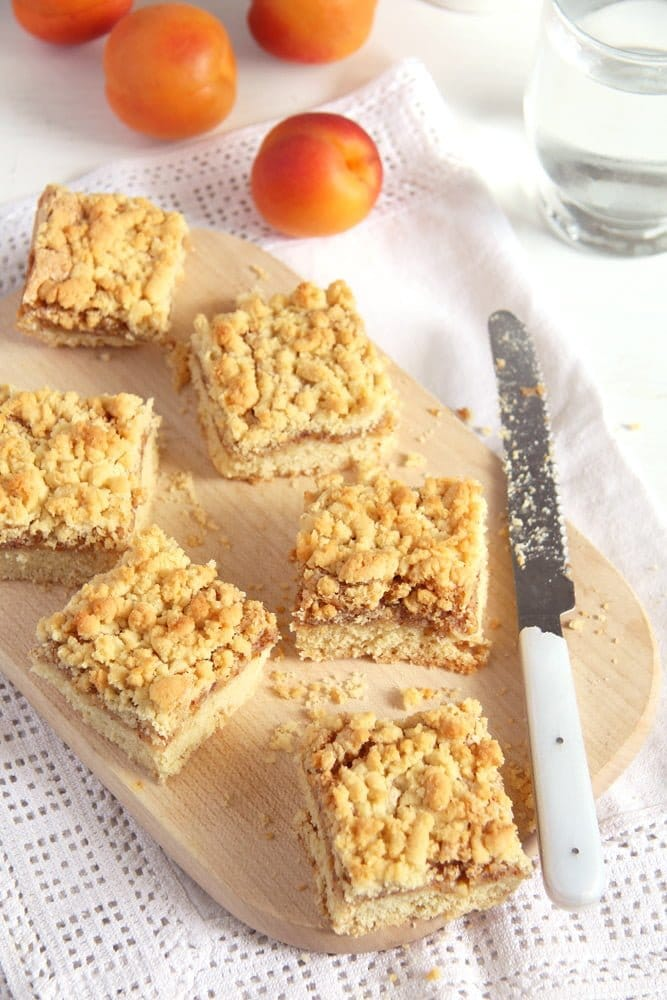 apricot jam cake crumble Apricot Jam Crumble Cake with Walnuts   Prajitura razuita