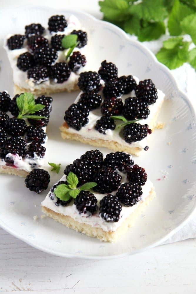 blackberry cake easy Easy Fresh Blackberry Cake with Whipping Cream
