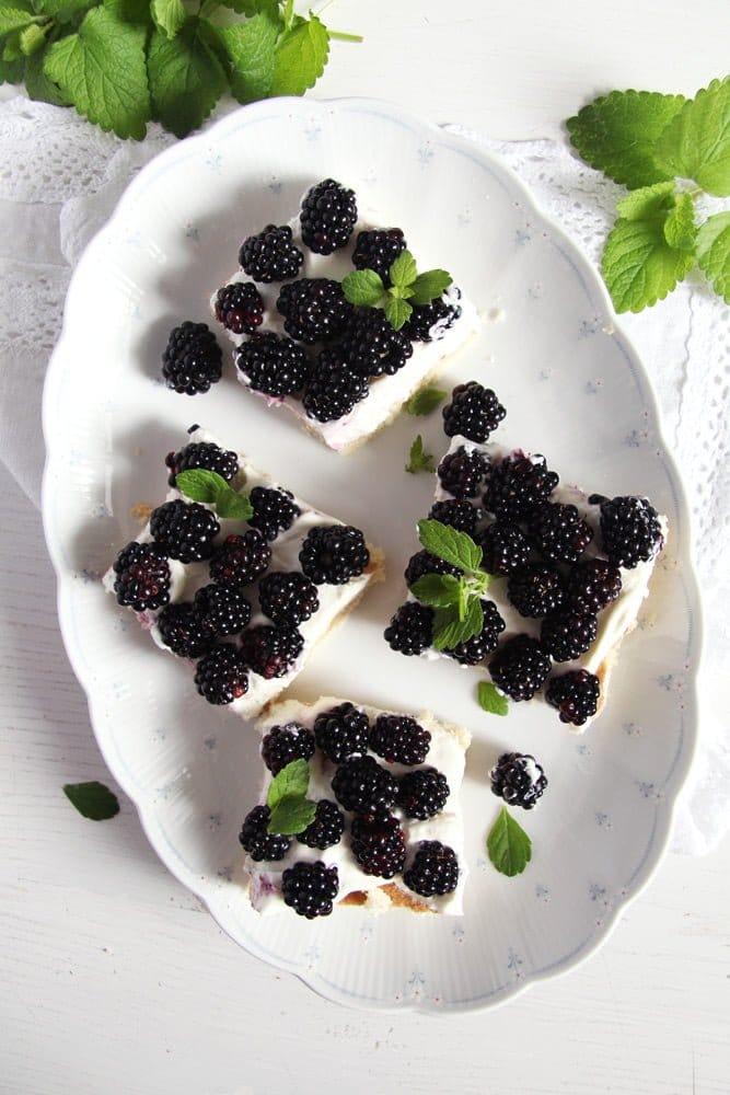 blackberry cake fresh Easy Fresh Blackberry Cake with Whipping Cream