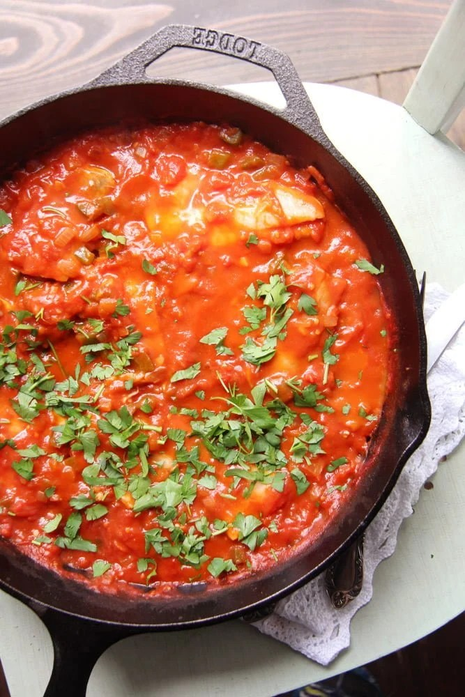 Easy skillet white fish fillet in tomato sauce for Garlic sauce for fish