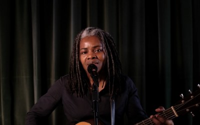 Tracy Chapman Perform 'Talkin' Bout a Revolution' on LATE NIGHT WITH SETH MEYERS To Encourage People to Vote
