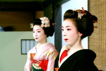 Geisha & Maiko performing tea ceremony