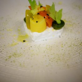 """Ser """"Kozia Rura"""" z pudrem z czarnych oliwek, jesiennymi warzywani i wędzoną oliwą"""