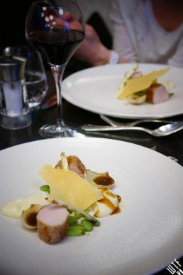 Le Victoria Brasserie Moderne | Schab z mlecznego prosiaka, puree z selera, smażona dymka, bób, sos z tymiankiem