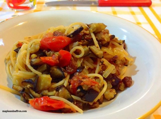 Pasta with eggplants, cherry tomatoes and raisins