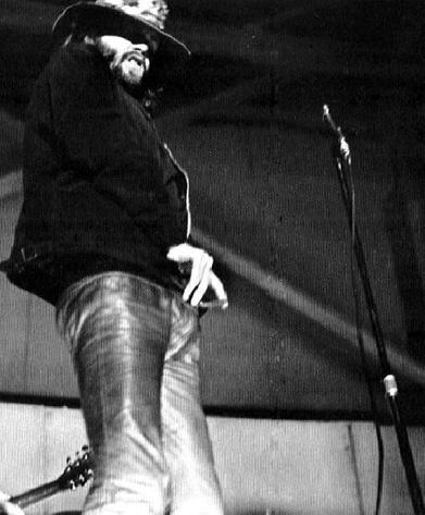 Jim morrison prima di spogliarsi sul palco a Miami