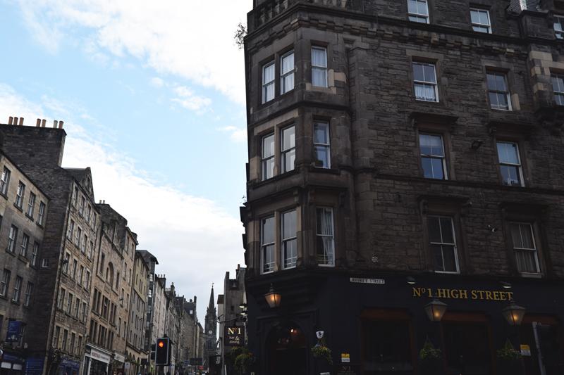 Holyrood-Royal-Mile---Walk-to-Arthurs-Seat---High-Street---Edinburgh-Scotland