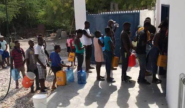 Line of people to get clean water