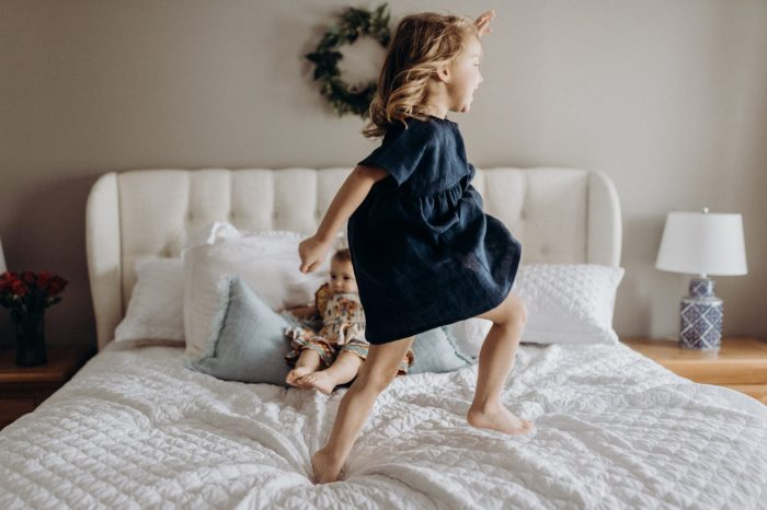 Photoshoot at home: Family time on the bed and kids jumping