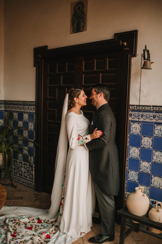 Outdoor Seville Destination Villa Hacienda Bride Groom Kiss Portrait | Colorful and Heartfelt Wedding in Spain Boda&Films
