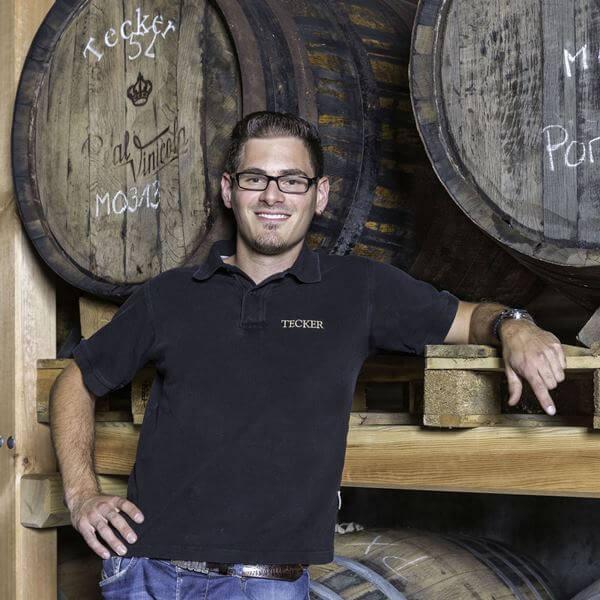 Whiskey Meister vor Fässern