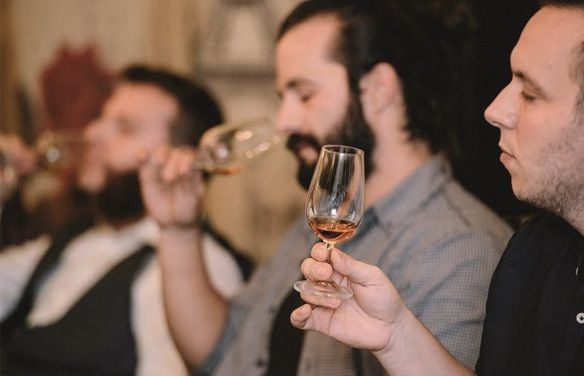 Personas catando whisky en Whisky Club Madrid