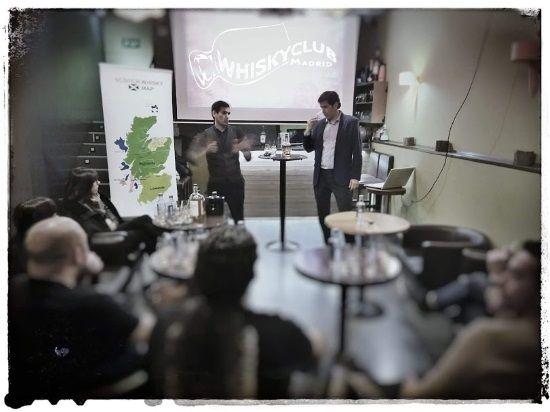 foto en la primera cata de whisky para principiantes en whisky club madrid