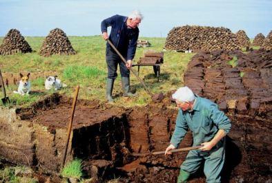 Que es la turba en el whisky - cortadores de turba en Islay