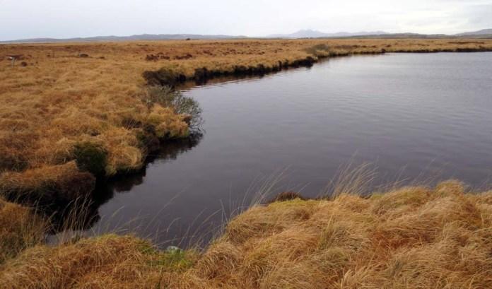 Das recht torfige Produktionswasser kommt vom nahegelegenen Grunnd Loch. Copyright Gartbreck Distillery.