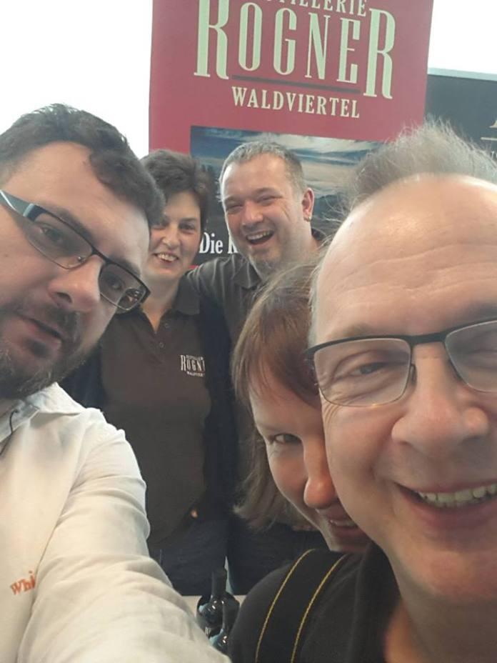 Heutzutage geht es nicht ohne Selfies. Verursacher dieses Verbrechens: Michael Pichal von den Whisky Consultants. Weiter von links nach rechts: Elisabeth und Hermann Rogner, Destillerie Rogner, und Silvia Behrens und Bernhard Rems, Whiskyexperts.