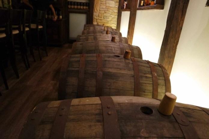 Auch im Verkostungsraum lagern einige Fässer. Kein Whisky, der hier abgefüllt wird, ist übrigens jünger als 5 Jahre.