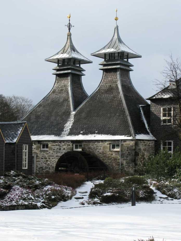 Strathisla Destillerie im Winter. Foto von Lakeworther unter GNU Free Documentation License