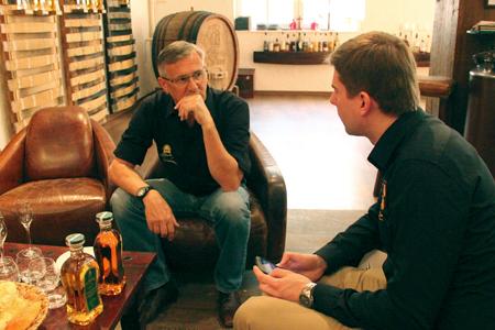 Whisky mit Eis? Kann zumindest eine Notlösung sein, wenn er viel zu warm serviert wird. Jürgen Marré und Christian Schrade im Gespräch. Foto: Simon Weiß