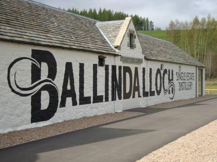Die Fassade der Destillerie Ballindaloch. Foto: Dr. Mario Prinz
