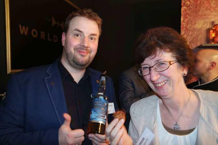Thomas Plaue und Petra Milde bei der Durchführung eines Experimentes für Whiskyexperts, über das wir noch berichten werden. :-)