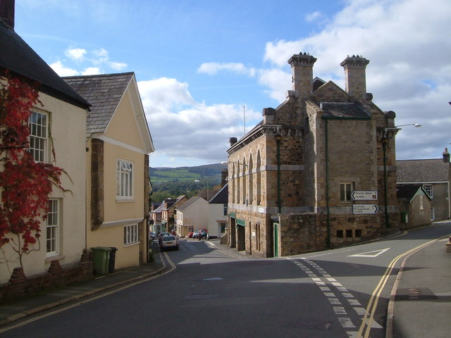 """Bild: """"Town Hall, Bovey Tracey – geograph.org.uk – 256043"""" von Derek Harper. Lizenziert unter CC BY-SA 2.0 über Wikimedia Commons."""