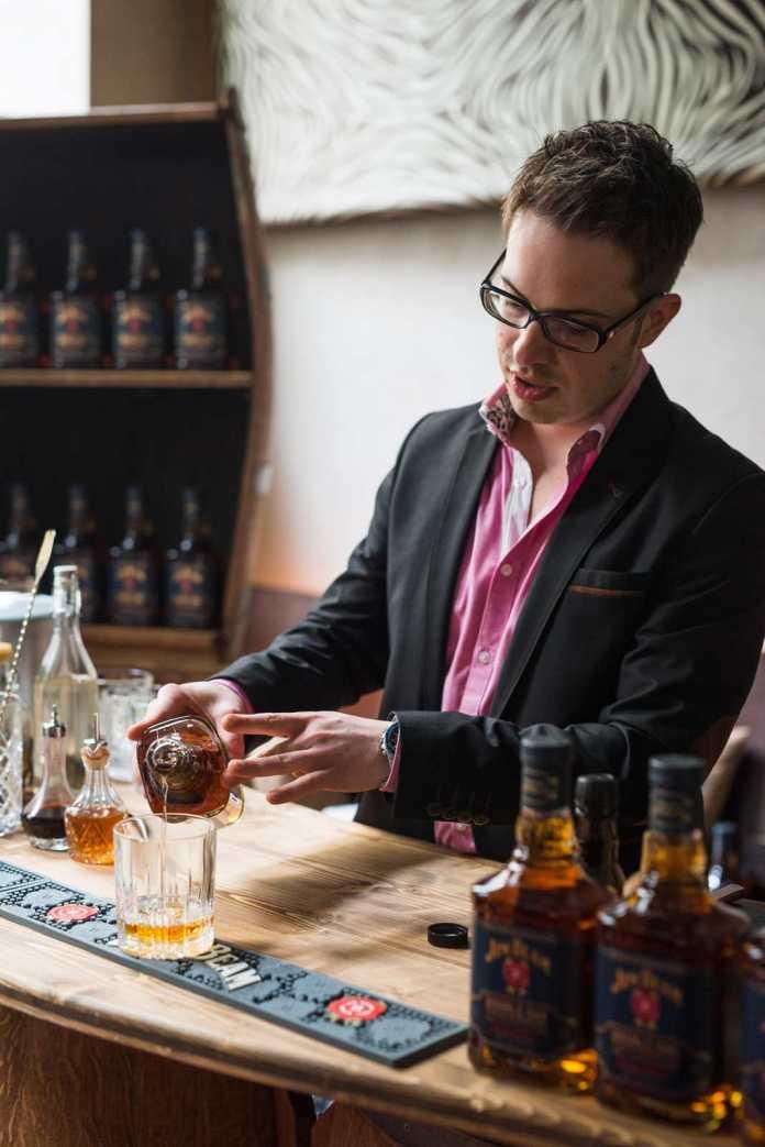 Reinhard Pohorec führt durch den Cocktail-Workshop (c) Beam Suntory/Daniel Willinger|OE