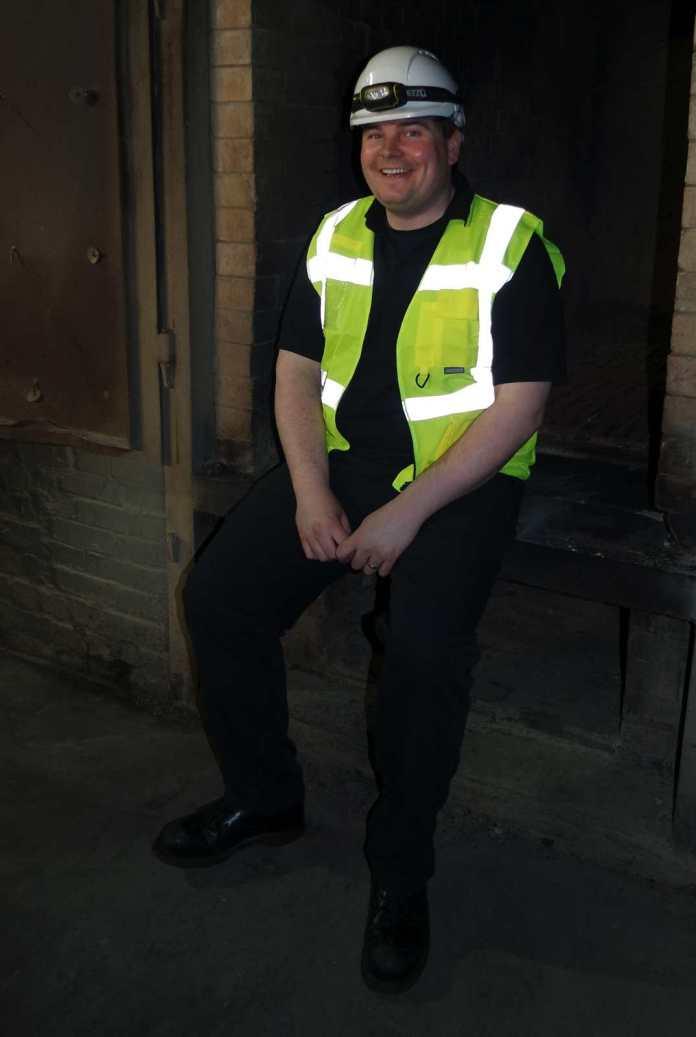 Colin Gordon vor den Torföfen, die die Kilns in den Port Ellen Maltings befeuern