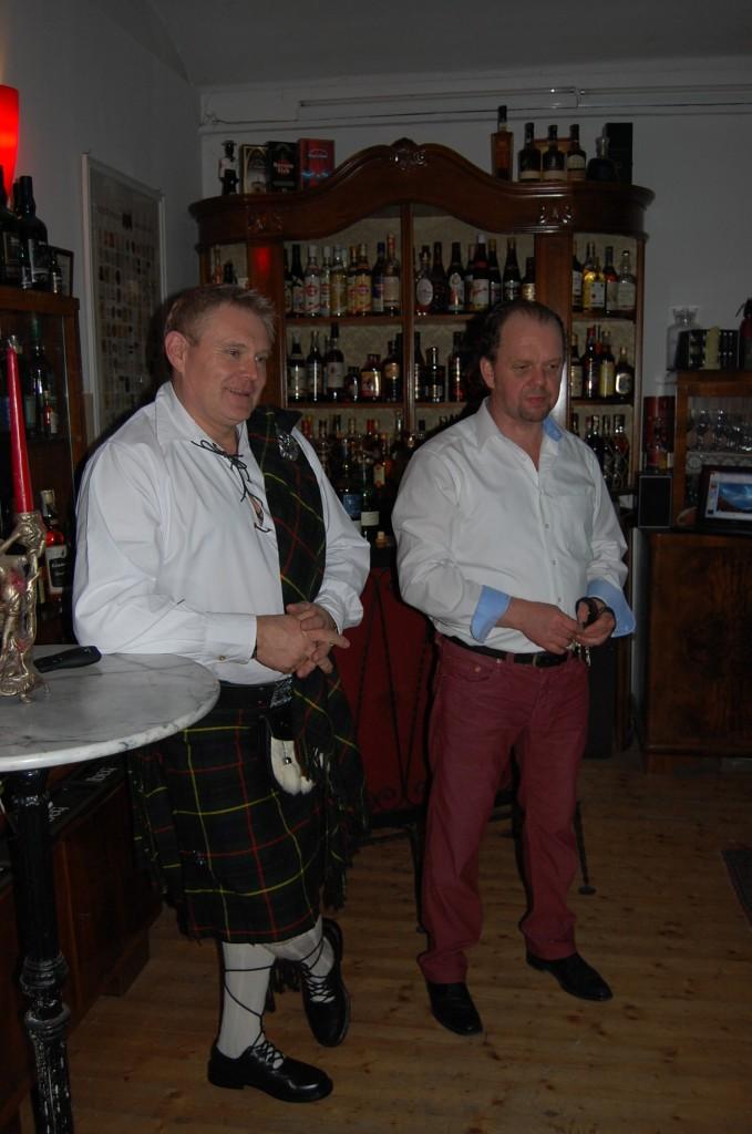 Gerhard Petö (links) und Erich  Wassicek begrüßen die Gäste