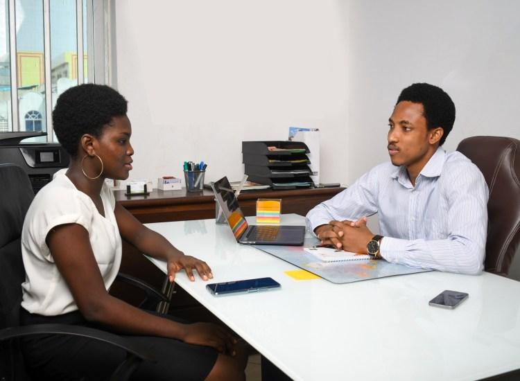 Un homme et une femme dans un bureau