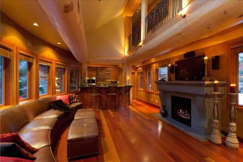 Whistler Luxury Log Chalet with Private Hot Tub :: Whistler Creekside Photo 2