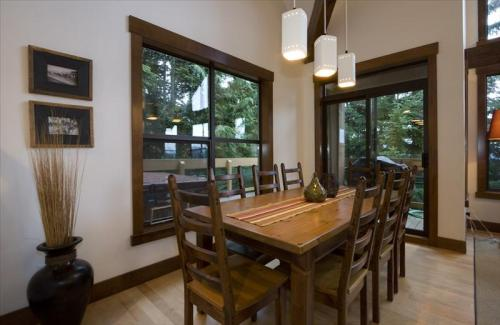 Whistler Whistler Luxury Ski In - Northern Lights Spacious Townhome Photo 3
