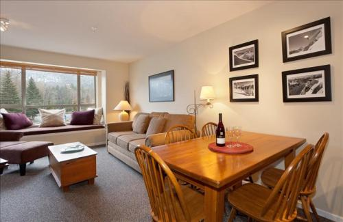 Whistler Eagle Lodge Central Suite- Views of Blackcomb & Free Wifi Photo 3