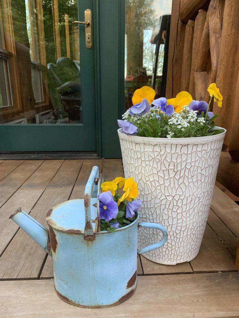 summer-porch-decor-pansies-vintage