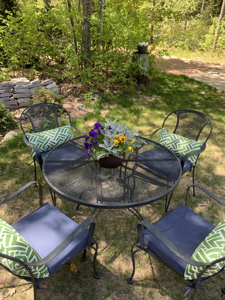 Summer-Front-Yard-Table