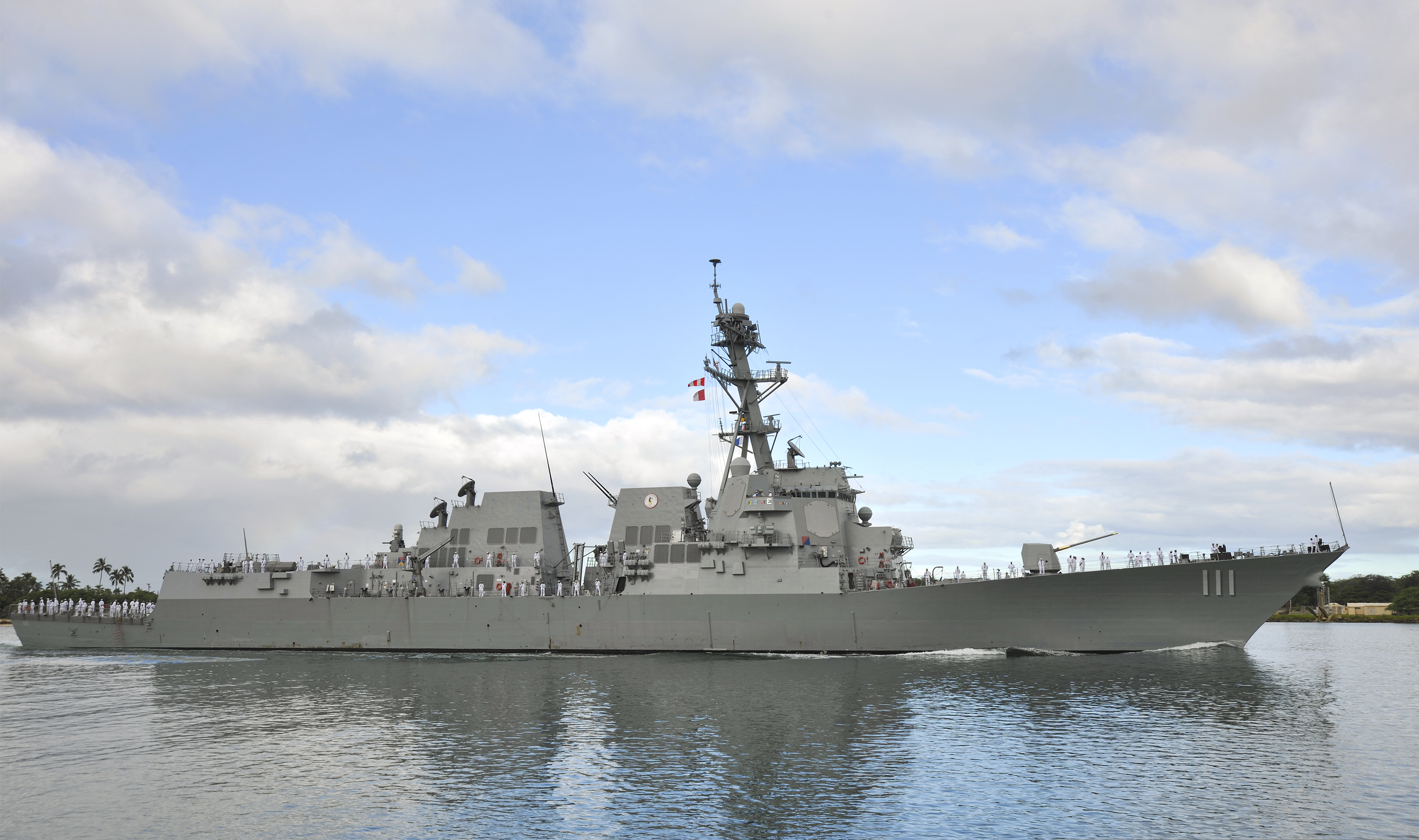 A flight IIA Arleigh Burke-class destroyer, The USS Spruance (DDG-111) arrives at Pearl Harbor to participate in RIMPAC 2014. Photo: Diana Quinlan, USN.