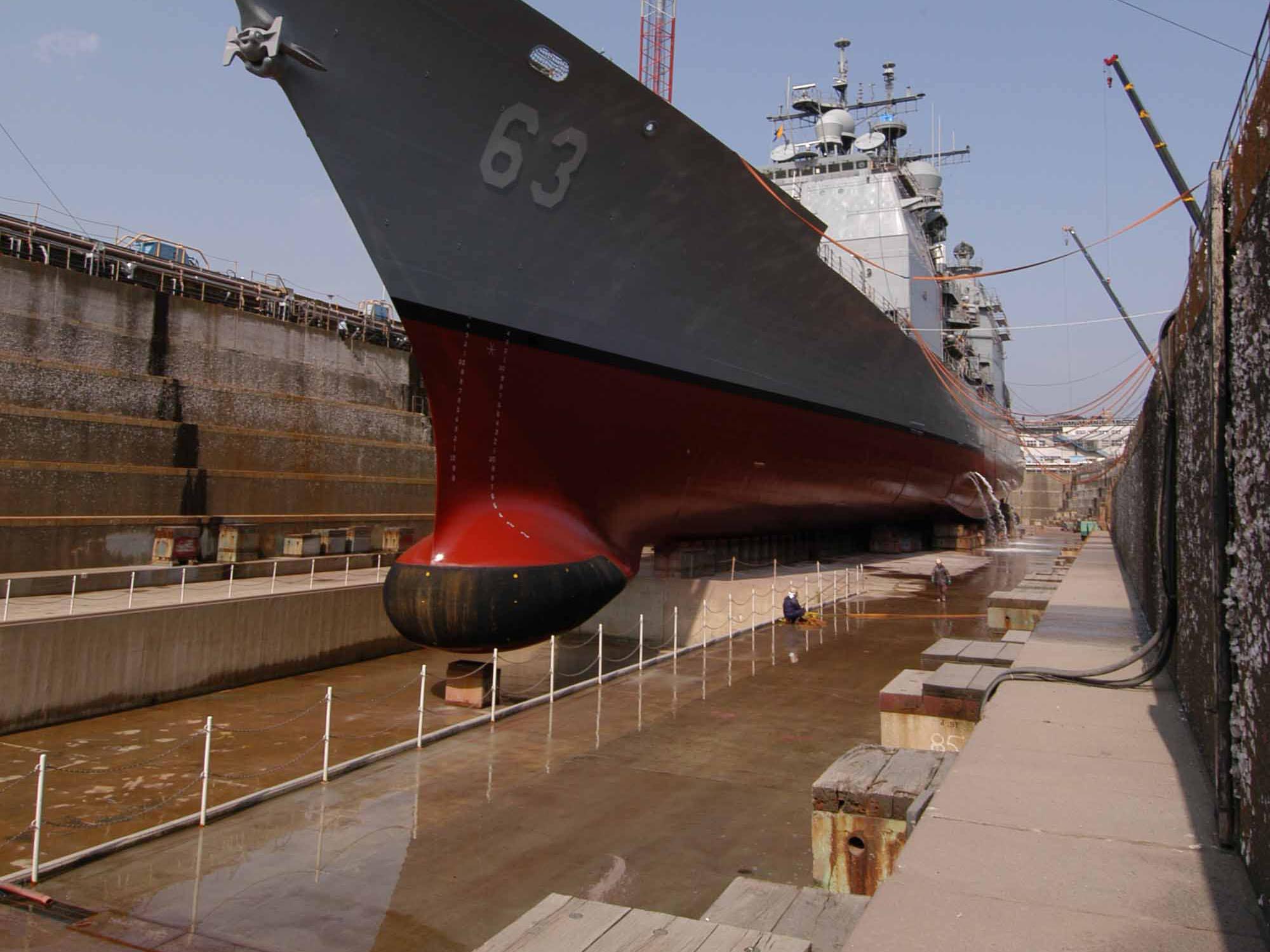 SQS-53_Hull-Mounted_Sonar_CG-63_Cowpens_2004-03-16