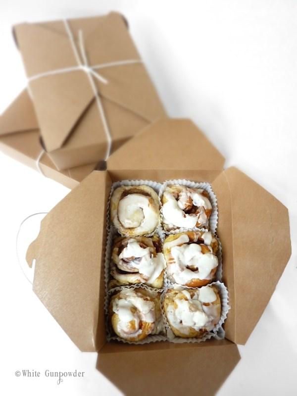 Packaging cinnamon rolls