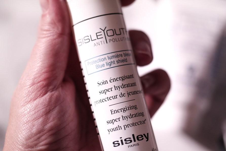 Formułę SisleYouth Antipollution stworzono na nowo, aby chronić skórę przed nadmierną ekspozycją na światło niebieskie, nawilżać oraz nadawać jej promienny wygląd.