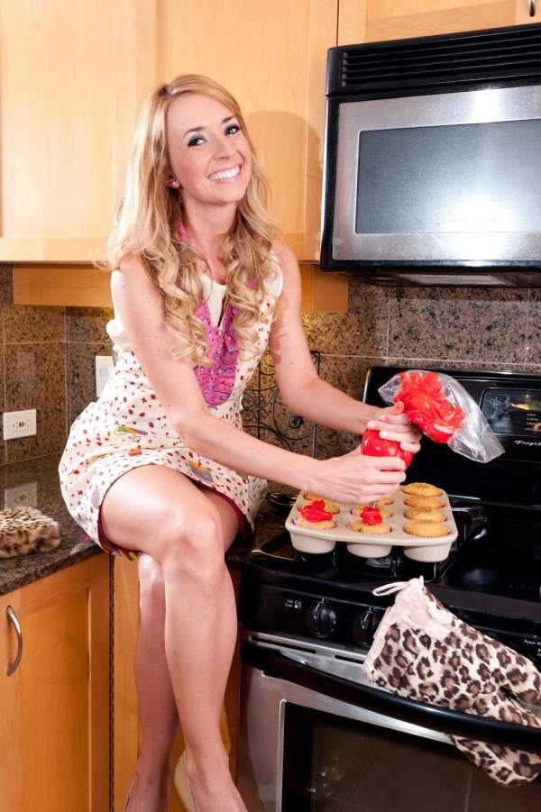 hot girl icing cupcakes, pretty blonde icing cupcakes, woman icing cupcakes, icing cupcakes, whitney bond, little leopard book, photo shoot, spring fashion