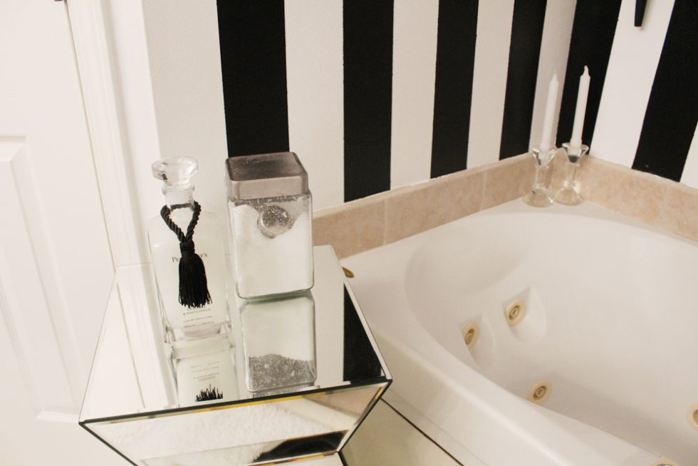 black and white master bathroom | glamorous master bathroom | black and white stripes