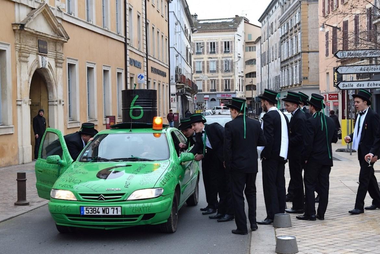 Les voitures vertes, leurs ronflements de moteurs et leurs messages poétiques font partie du décor.