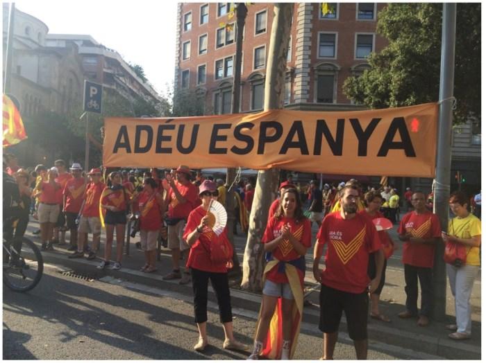 2015年加泰隆尼亞獨立遊行一景,旗幟標語為「再見,西班牙」。