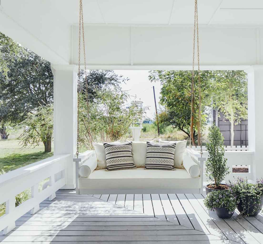 16 hang relaxing front porch swing decor ideas