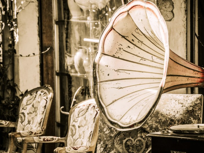 The Best Flea Markets & How to Get Unbelievable (and Sustainable!) Deals!