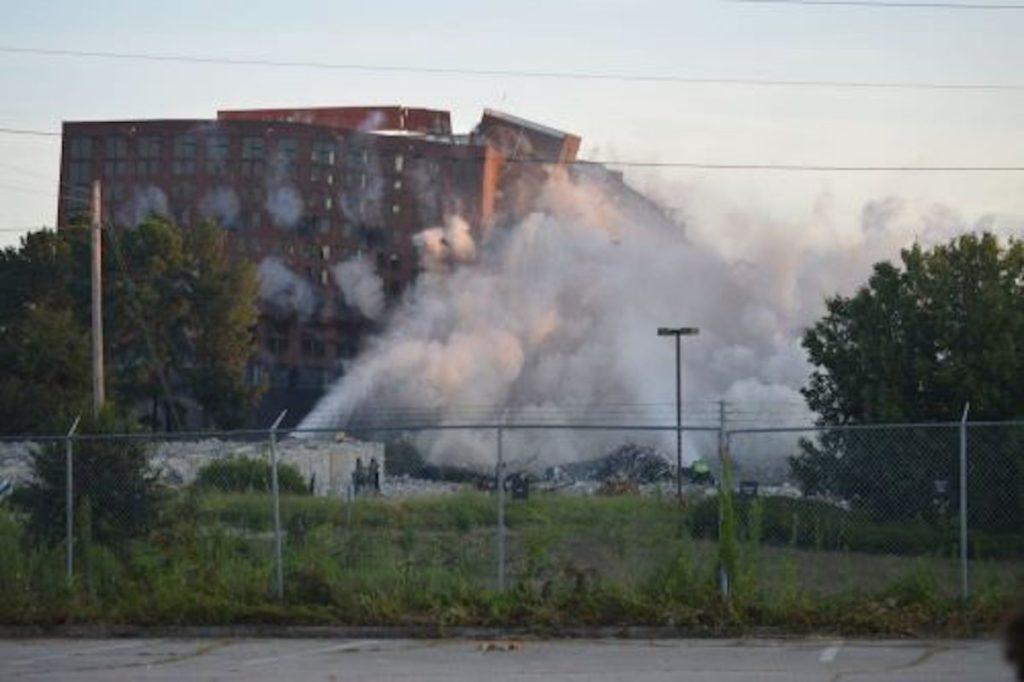 [Photos] Hartsfield-Jackson Implodes Former Hotel - Photo 1