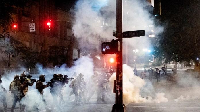 Agentes federales dispersan a los manifestantes de Black Lives Matter cerca del Palacio de Justicia de Portland, Oregon / Foto: Noah Berger | Associated Press
