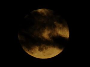 Volle maan met donkere wolkensluiers