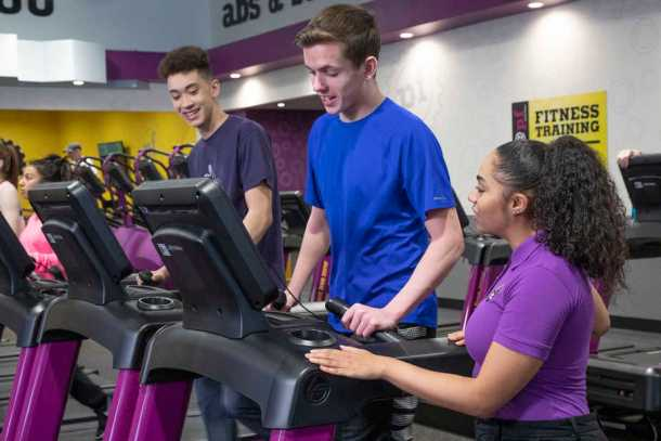Planet Fitness teaching teens how to use the treadmills during the Teen Summer Challenge