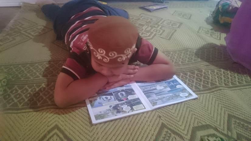 Salah Satu Anak Sanggar Pelangi sedang Membaca